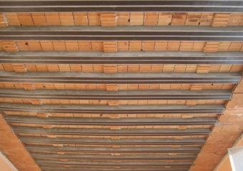 Risanamento e rinforzo strutturale di 50 travetti dell'impalcato di copertura di una palestra, mediante l'applicazione del sistema CARBOSTRU® T-System.